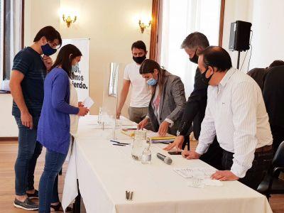 Navarro: entregaron nuevas escrituras a familias