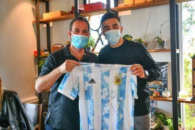 Ariel Sujarchuk recibió al futbolista campeón con la selección y vecino de Escobar, Nicolás González