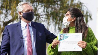 En Florencio Varela, el presidente anunció la segunda etapa del programa de becas universitarias y visitó un vacunatorio