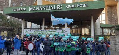Trabajadores de Torres de Manantiales protestaron frente al complejo de Hernán Lombardi ante el anuncio de cierre