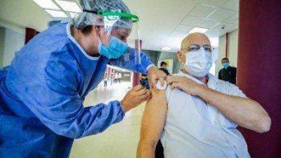 Llegó un vuelo con más de 800 mil vacunas de AstraZeneca: cuándo comienza la aplicación de las segundas dosis