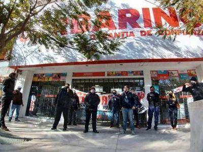 Derrumbe de Garbarino y Ribeiro: empleados sin sueldo inician la batalla legal y rematan miles de productos