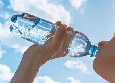 Agua del grifo o embotellada, ¿cuál contiene más microplásticos?