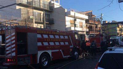 Tres bomberos muertos tras un incendio en un departamento en Caseros
