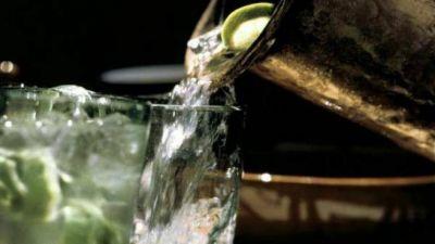 ¿Pueden cobrarme por el agua del grifo en un restaurante? ¿Y por los hielos?