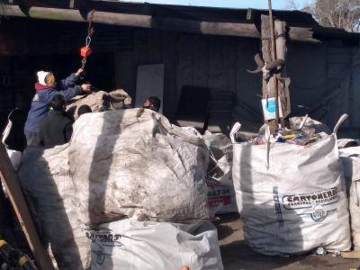 Recicladores bloquean el acceso al Emsur: piden un galpón para trabajar