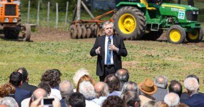 El Gobierno compatibilizará empleos temporarios con planes sociales y espera promover la registración de 250 mil peones rurales