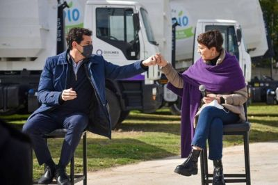 Mayra Mendoza y el ministro Wado de Pedro presentaron nuevos camiones y bateas para Quilmes
