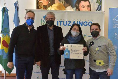 Jorge Ferraresi y Pablo Descalzo realizaron la entrega de créditos Casa Propia para familias de Ituzaingó