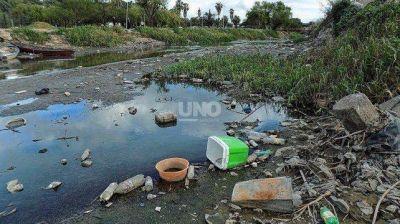 Por la bajante, el plástico en el río se concentra