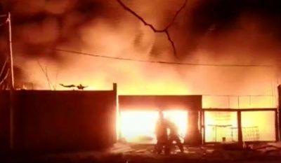 Tras once horas controlan incendio que destruyó planta de reciclado de papel