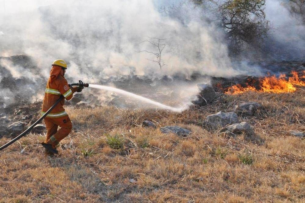 Aviones hidrantes y seis cuarteles de bomberos combaten incendio en Inti Yaco