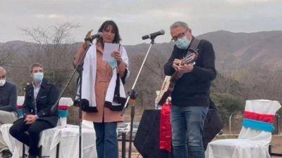 Natalia de la Sota cantó junto al intendente de Cosquín