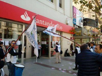 Gravísimo: La Bancaria denunció que Santander bloqueó durante 5 horas su edificio central, dejando encerrados a los trabajadores