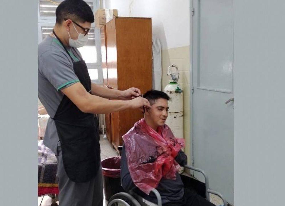 Enfermeros del Larraín atienden y cortan el pelo a sus pacientes: