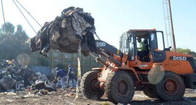 Realizan limpieza y erradicación de un minibasural en calle Belgrano