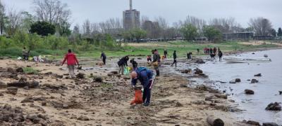 En apenas dos horas y media, recolectaron una tonelada de residuos en la costa del río