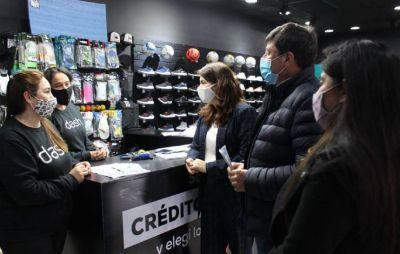 Daniel Arroyo recorrió el centro comercial de Trujui junto a Mariel Fernández