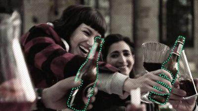 Tú ves una cerveza, yo un refresco: el proyecto de Bill Gates para cambiar los productos que salen en series y películas