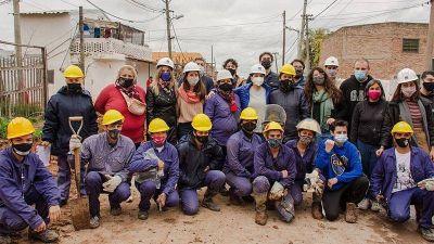 Malena Galmarini y Mayra Mendoza recorrieron la obra de agua potable en el barrio Azul de Quilmes