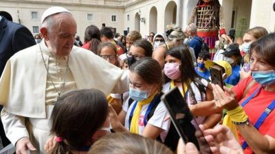 Francisco abraza a los niños de la Marcha de Bienvenida