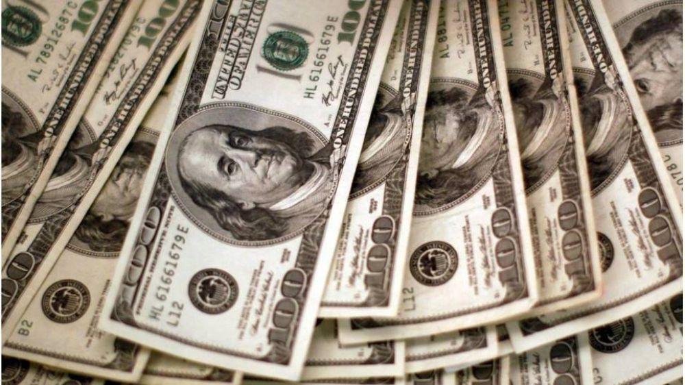 Dólar blue bajó hoy pero opera en sus máximos anuales previo a las PASO