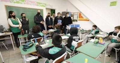 Entregan tablets y subsidios a los colegios de los clubes profesionales de Lomas