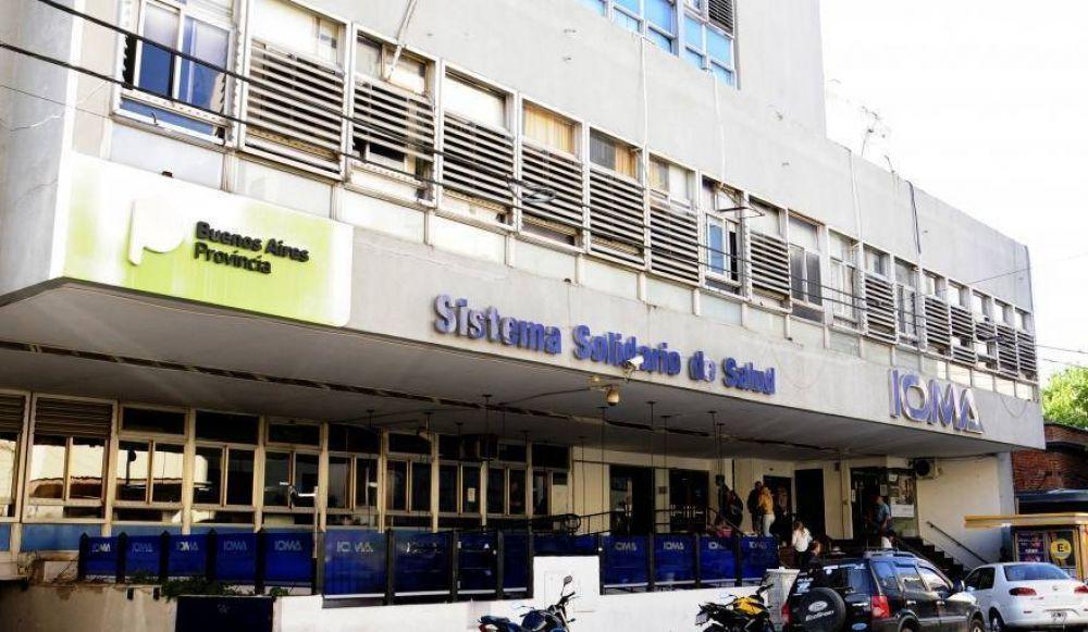 Desesperada, una mujer se encadenó en una sede de IOMA porque la obra social no cubre el tratamiento que necesita su hija