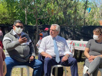 Alberto Fernández visitó Merlo: mano a mano con los vecinos