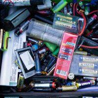 Riesgo ambiental por las pilas en desuso: cómo el tratamiento especial de estos residuos puede ayudar al planeta