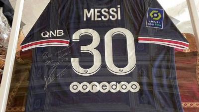 Messi le envió una camiseta del PSG autografiada de regalo al Papa