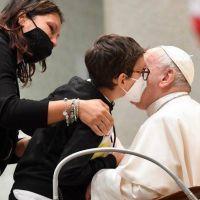 Pablo, el niño sentado junto al Papa: una