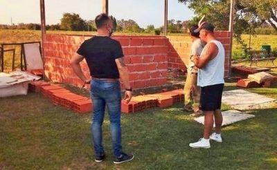 Carlos Castillo entregó una donación al Club Deportivo Río Luján