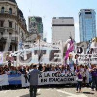 Docentes porteños marchan a la Legislatura para exigir estabilidad en el nivel secundario