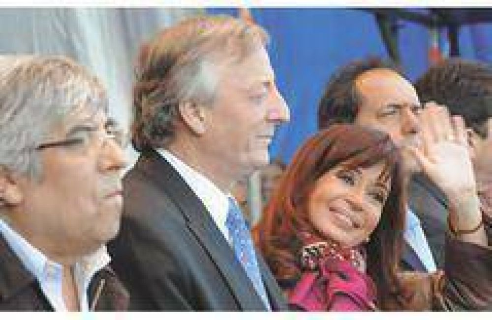 Kirchner depende de Moyano para frenar a la oposición y le devuelve $ 1.000 millones