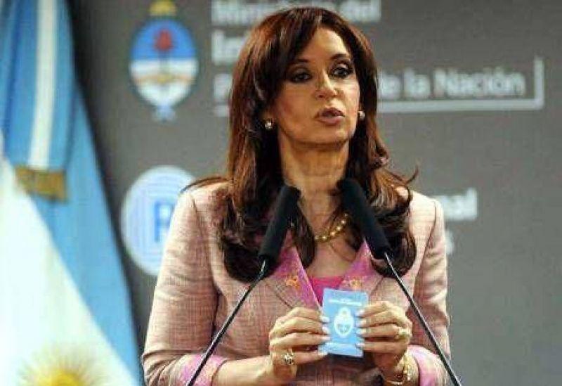 """La Presidenta presentó el nuevo DNI """"100% argentino"""" con críticas al menemismo"""