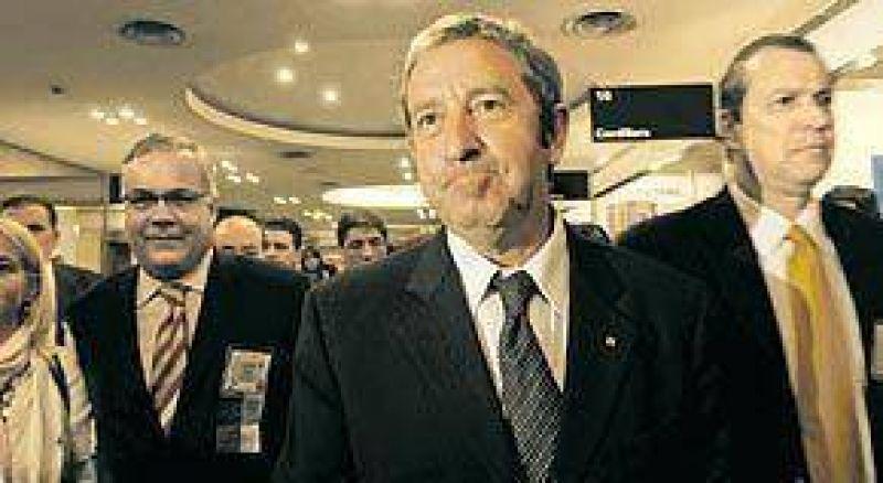 """Para Cobos es """"lamentable"""" el bloqueo de Moyano a los diarios"""