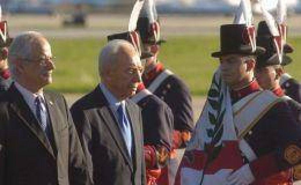 El presidente de Israel llegó al país y hoy se reunirá con Cristina