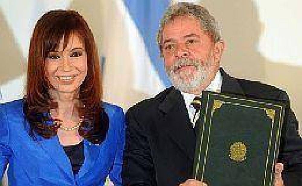 La Presidente arribó a Brasil y hoy se reúne con Lula