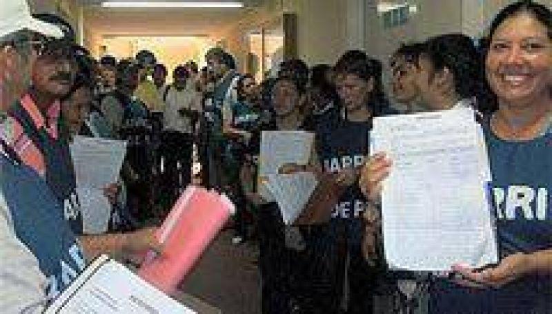 Llegan 10 mil las firmas presentadas de los vecinos en rechazo al aumento del boleto de colectivos.
