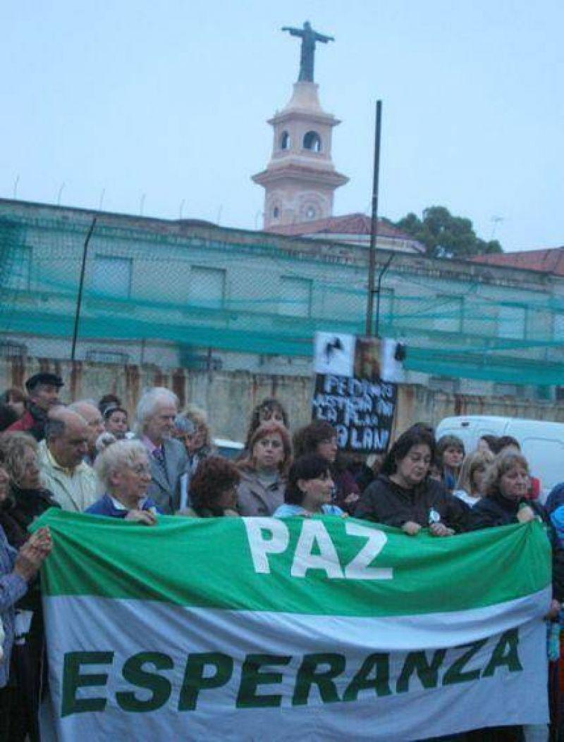 Vecinos del Puerto volvieron a movilizarse, aplaudieron a la polic�a y rezaron misa
