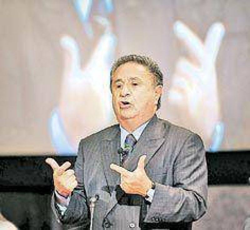 Para dar pelea a los Kirchner, Duhalde tira líneas a la UCR