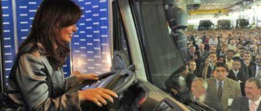 """Cristina Kirchner anunció otro canje de camiones y defendió a los """"sindicatos fuertes"""""""