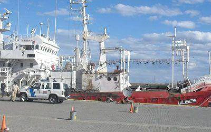 Piden retirar un barco que está anclado en puerto Caleta Paula