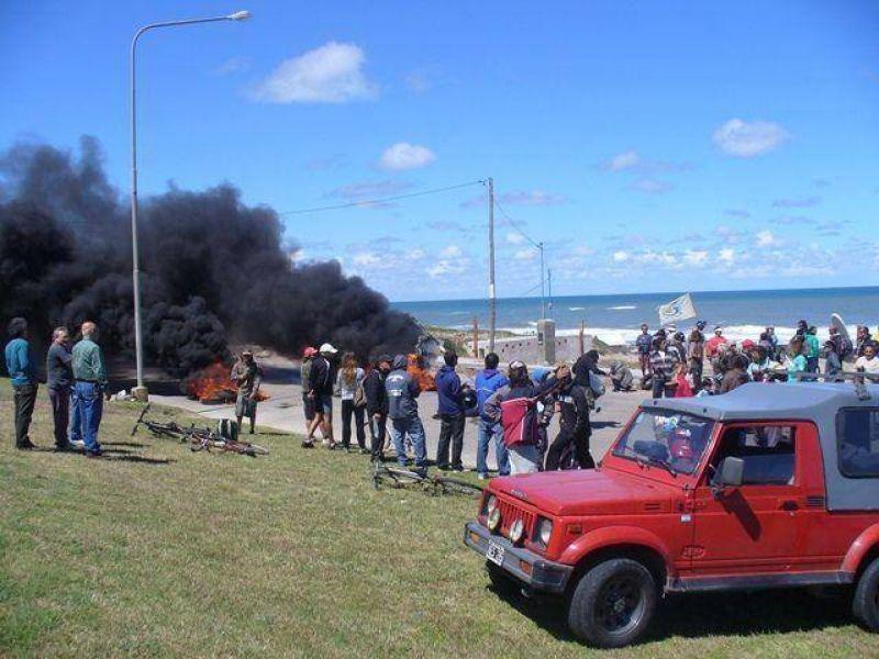 """Guardavidas realizaron un nuevo escrache: esta vez cortaron la Ruta 11 e incendiaron gomas frente al ex balneario """"Mariano"""""""