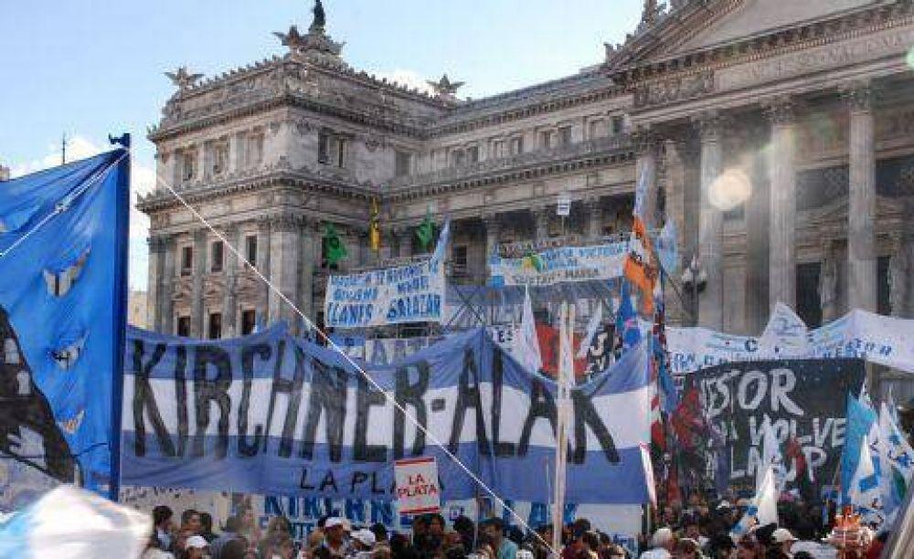 La militancia alakista volvió a escena al movilizar en apoyo a la asunción de Kirchner