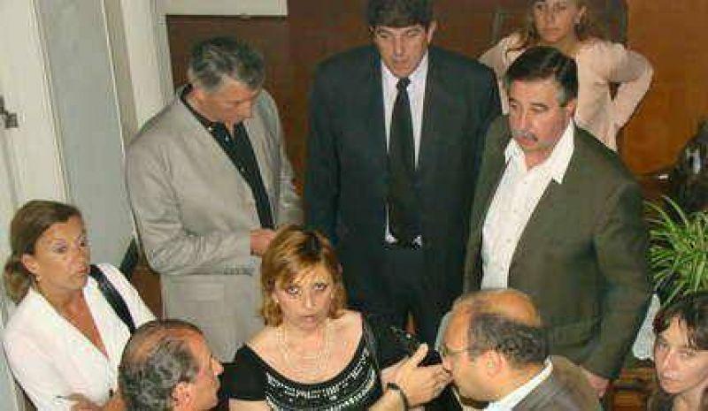 La oposici�n respald� el dictamen y conden� las agresiones
