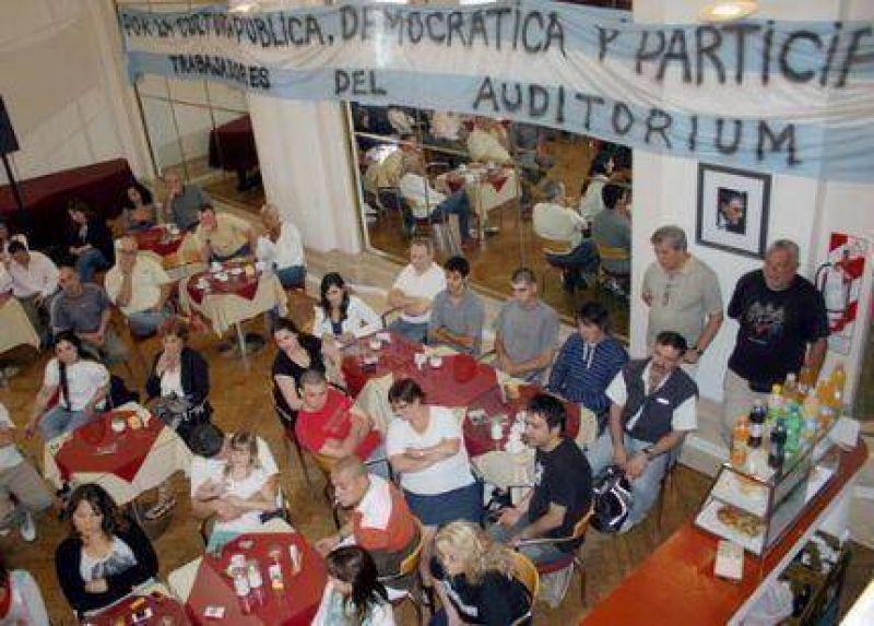 Papel�n bonaerense: Daniel Scioli y Juan Carlos D Amico tienen la entrada prohibida al Audit�rium que sigue tomado por los trabajadores