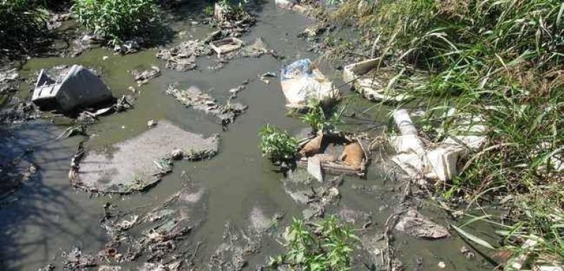 Laguna Paiva: denuncian que canal se transform� en colectora a cielo abierto