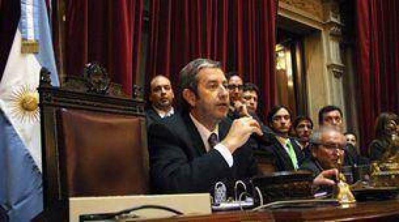 Cobos contestó a las críticas de Rossi y pidió que se cumpla la ley
